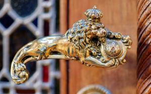 Deurklink in de vorm van een gekroonde leeuw (foto: NS)