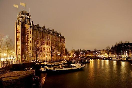 Het Scheepvaarthuis ligt aan de Prins Hendrikkade in Amsterdam.