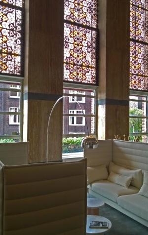 De Rode Olifant Den Haag, zitje met glas-in-loodramen.