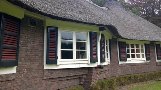 ramen luiken landhuis 't Reigersnest in Oostvoorne bouwstijl Amsterdamse School architecten Vorkink en Wormser