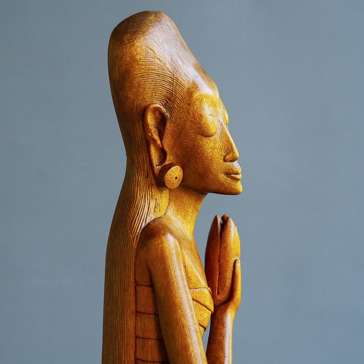 Elegante art-decovrouwen van meestersnijder I Made Runda